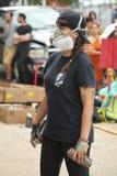 Artista non identificato della via in maschera antigas durante il partito collettivo del blocchetto di Bushwick Fotografia Stock