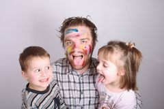 Artista novo e seus miúdos Fotos de Stock