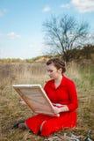 Artista novo que pinta uma paisagem Fotografia de Stock