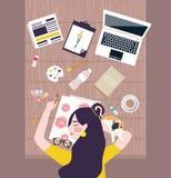 Artista occupato del progettista della donna che prende un pelo sulla tavola di funzionamento con il computer portatile e la roba Immagini Stock