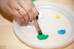 Artista Paint Palette con las pinturas y el cepillo fotografía de archivo libre de regalías