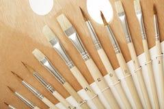 Artista Palette con il primo piano differente dei pennelli Fotografie Stock