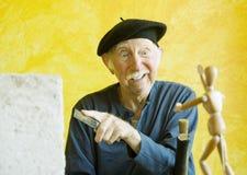 Artista pazzesco con una figura di legno modello Immagini Stock