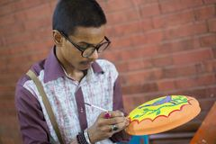 Artista pintado no potenciômetro de argila para as festividades de anos novos de Bangla Imagens de Stock Royalty Free