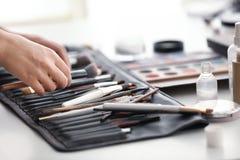 Artista profesional del rostro con los accesorios del maquillaje Imágenes de archivo libres de regalías