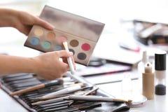 Artista profesional del rostro con los accesorios del maquillaje Foto de archivo