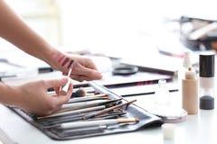 Artista profesional del rostro con los accesorios del maquillaje Fotografía de archivo libre de regalías