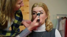 Artista profesional que aplica maquillaje en sistema Actriz que consigue lista para filmar metrajes