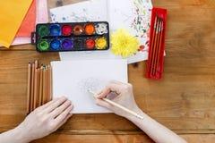 Artista profesional que pinta un crisantemo Foto de archivo libre de regalías