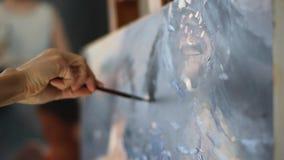 Artista professionista che lavora ad un paesaggio della natura, dipingente lo con gli acquerelli su tela Donna che per mezzo dell video d archivio