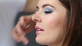 Artista que aplica lustre del labio para modelar los labios, HD lleno almacen de video