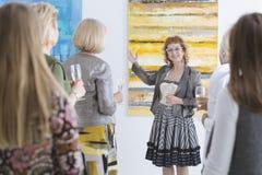 Artista que apresenta sua pintura Imagens de Stock Royalty Free
