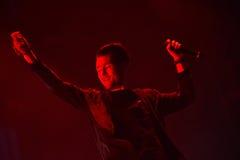 Artista que canta en la etapa Imagen de archivo libre de regalías