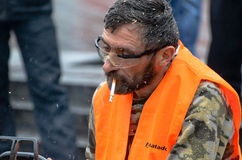 Artista que cinzela a madeira com a serra de cadeia durante euromaidan em Ucrânia Fotos de Stock