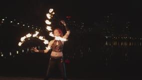 Artista que crea fans de giro del círculo del fuego en la oscuridad metrajes