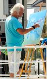 Artista que crea una pintura Imagen de archivo
