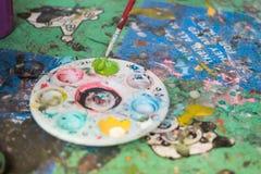 Artista que mezcla color de acrílico Imagen de archivo libre de regalías