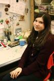 Artista que modela a la muchacha adolescente del diseñador de la pista en su lugar de trabajo Foto de archivo libre de regalías