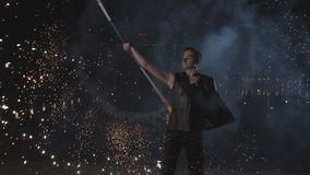 Artista que mostra a arte de fogos de artif?cio de gerencio pelo rio video estoque