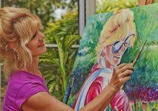 Artista que pinta um retrato de auto fotografia de stock