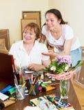 Artista que pinta uma imagem para o admirador Imagem de Stock Royalty Free