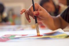 Artista que pinta una imagen Imagen de archivo libre de regalías
