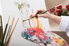 Artista que pinta una imagen imagen de archivo