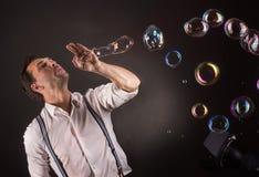 Artista que sopla muchas burbujas de jabón de sus manos Fotografía de archivo libre de regalías