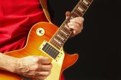 Artista que toca la guitarra eléctrica en fondo oscuro Imágenes de archivo libres de regalías