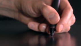 Artista que trabaja con la tableta del dibujo para la PC 4K se cierran encima del vídeo almacen de video
