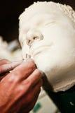 Artista que trabaja en un modelo de la arcilla Foto de archivo libre de regalías