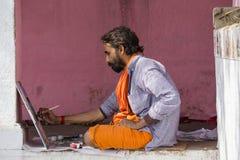 Artista que trabalha na pintura nos ghats do Ganges River em Varanasi, Índia Fotos de Stock Royalty Free