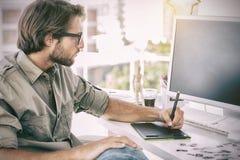 Artista que usa las tabletas de gráficos Fotos de archivo