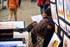 Artista que vende sus ilustraciones en Grand Place, Bruselas Foto de archivo