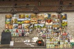 Artista que vende sus pinturas en la ciudad vieja de Kraków, Polonia Foto de archivo libre de regalías
