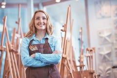 Artista sorridente ai cavalletti fotografie stock libere da diritti