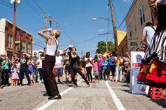 Artista strano Swallows Five Swords di manifestazione nel festival di Atlanta Immagini Stock Libere da Diritti