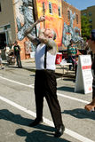 Artista strano Swallows Two Swords di manifestazione nel festival di Atlanta Immagine Stock