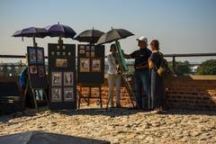 Artista sul terrazzo int il castello e la cattedrale reali di Wawel a Cracovia Polonia Fotografia Stock