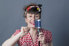 Artista vocale femminile di conversazione 30s con retro stile Immagini Stock