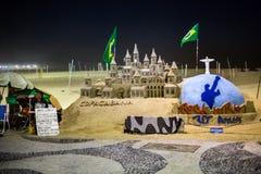 Artista y su castillo de arena en la playa de Capacabana Imagen de archivo
