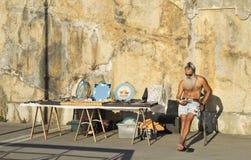 Artista y sus ilustraciones en Riviera de Levanto Imágenes de archivo libres de regalías