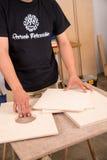 Artistan που συγκεντρώνει ένα όργανο precussion Στοκ εικόνα με δικαίωμα ελεύθερης χρήσης
