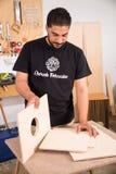 Artistan που συγκεντρώνει ένα όργανο precussion Στοκ φωτογραφία με δικαίωμα ελεύθερης χρήσης