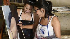 Artistas atractivos jovenes que trabajan en estudio del arte almacen de metraje de vídeo