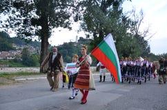 Artistas búlgaros em trajes populares Foto de Stock Royalty Free