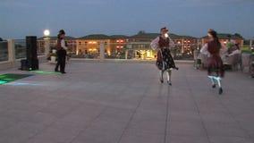 Artistas búlgaros no terraço exterior do ` s do restaurante em um complexo de cinco estrelas em Kranevo, Bulgária vídeos de arquivo