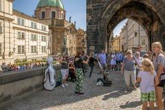 Artistas da rua que executam em Charles Bridge em Praga imagem de stock royalty free