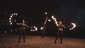Artistas de Fireshow que manipulam com fogo no beira-rio filme