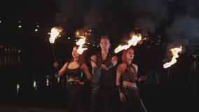 Artistas de Fireshow que transferem o poder do fogo exterior vídeos de arquivo